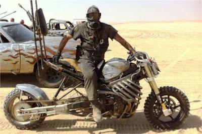 bersepeda motor di padang pasir