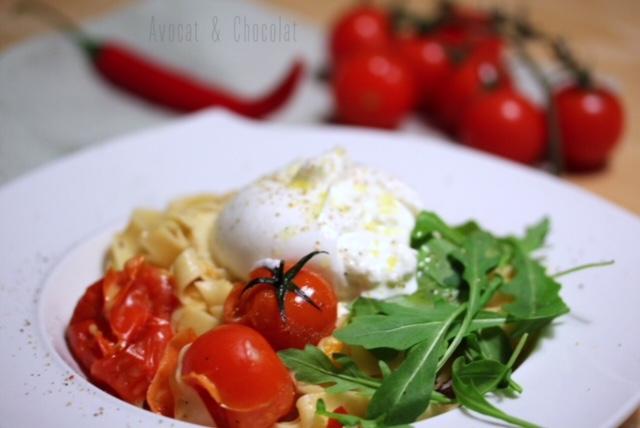 """alt=""""assiette de pâtes fraiches avec tomates cerises rôties, roquette, burrata et huile de truffe"""""""