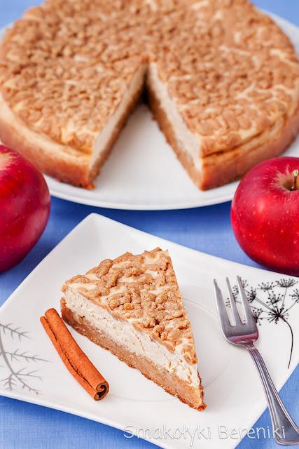 Sernik z cynamonem i jabłkami