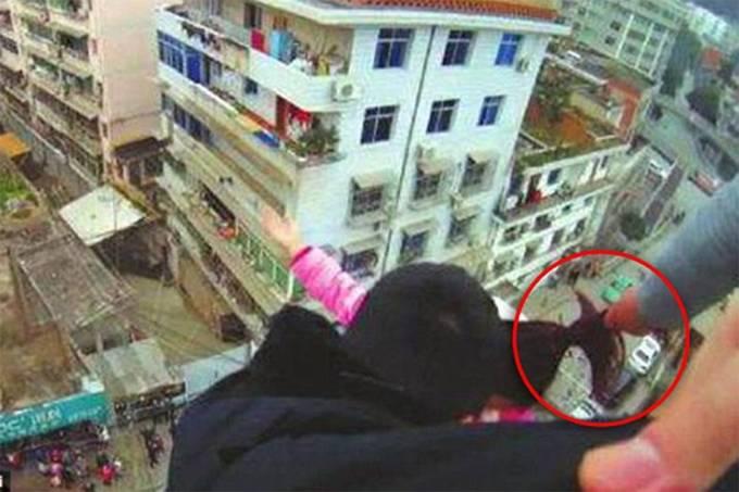 Homem salva esposa