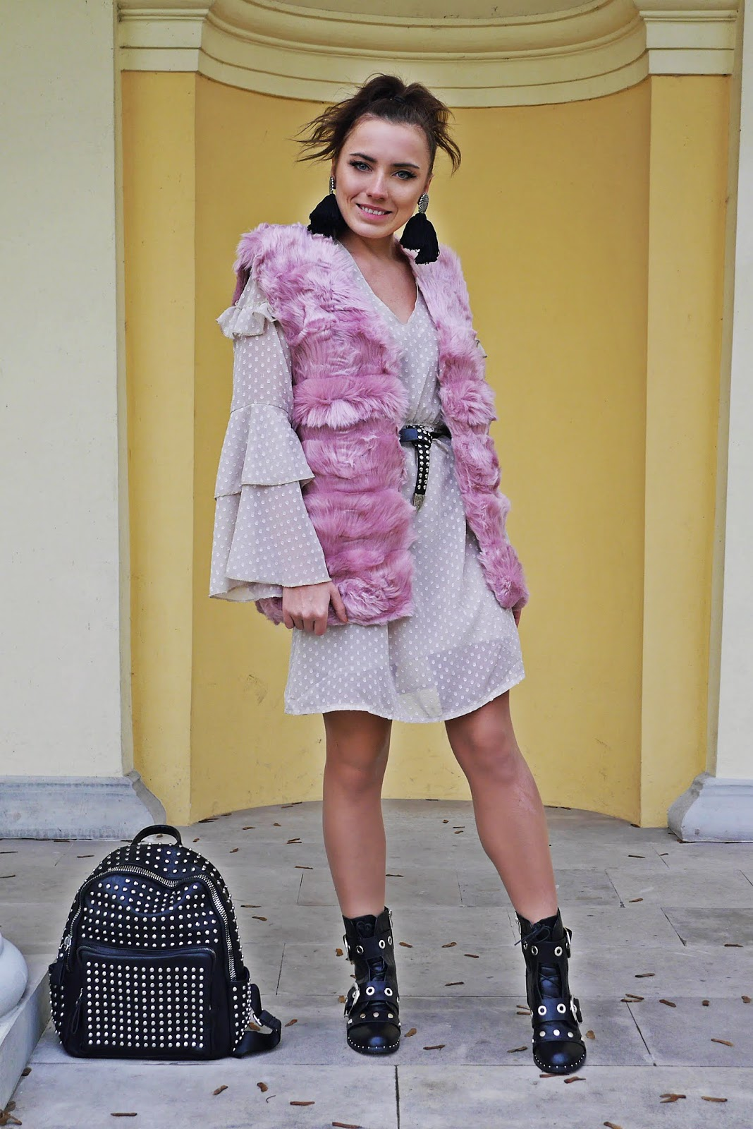 pink fur waist beige dress rock boots backpack outfit karyn blog modowy  modowe stylizacje