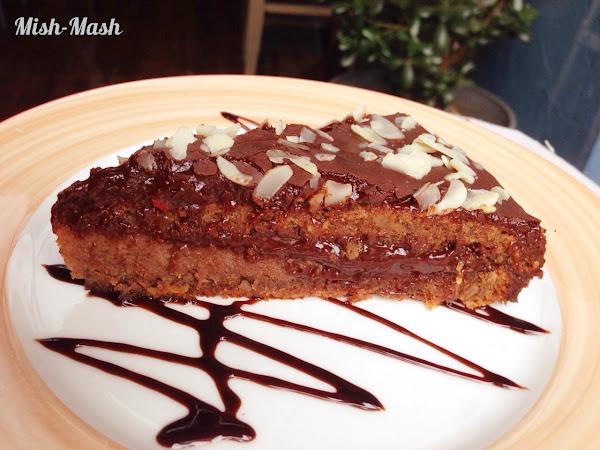 Шоколадова торта с ягодов крем и орехов блат