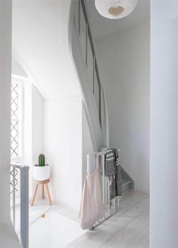 escalera blanca de madera chicanddeco
