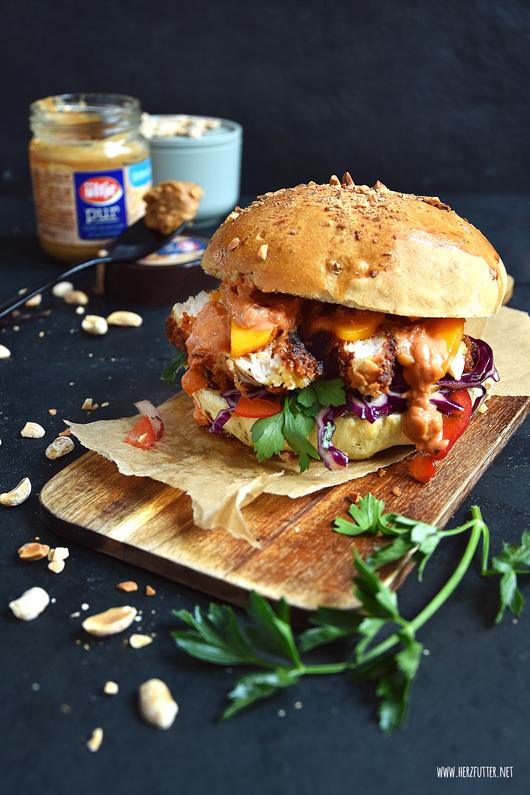 Knuspriger Burger mit Erdnusshähnchen