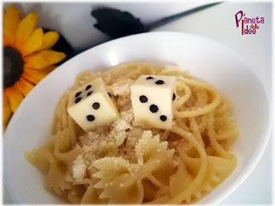 visualfood con dadi di formaggio e pepe