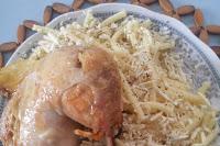 Kıbrıs Mutfağına ait olan bu makarna yemeği tavukla pişiriliyor