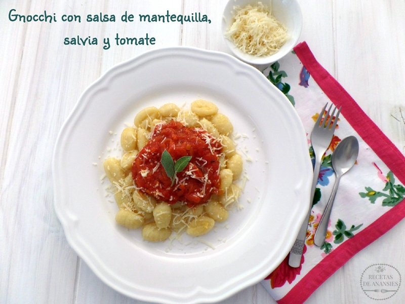 Gnocchi con salsa de mantequilla, salvia y tomate