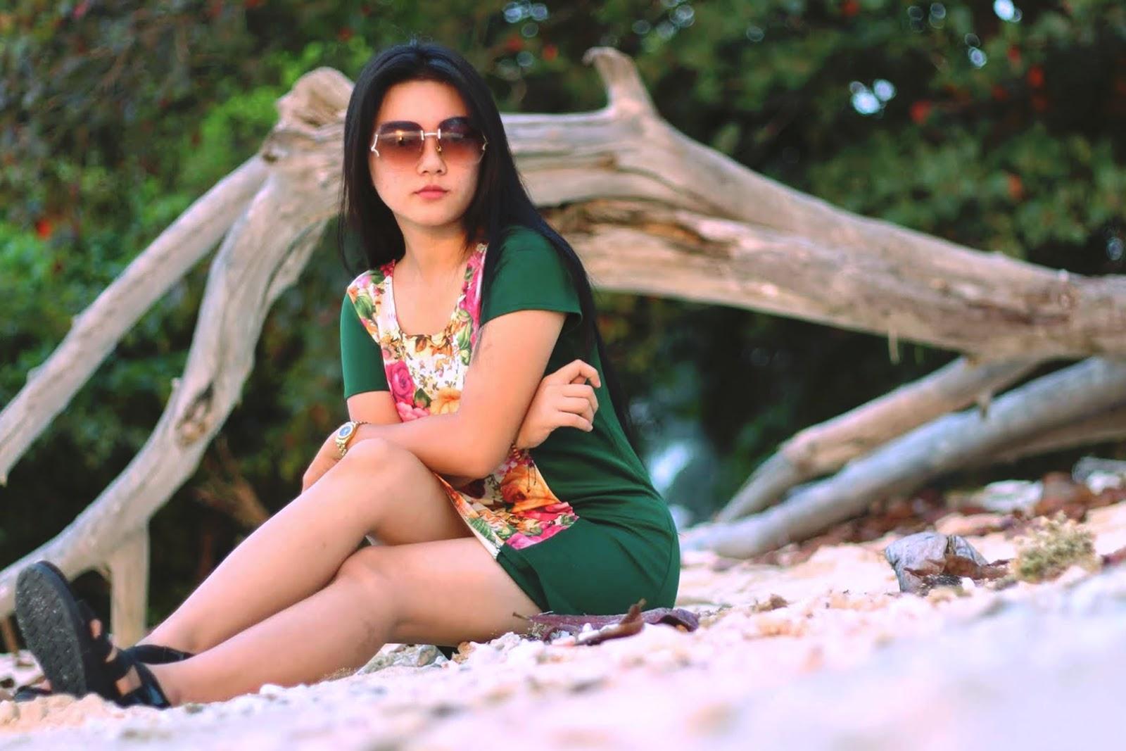 Foto model cantik pakai Kacamata