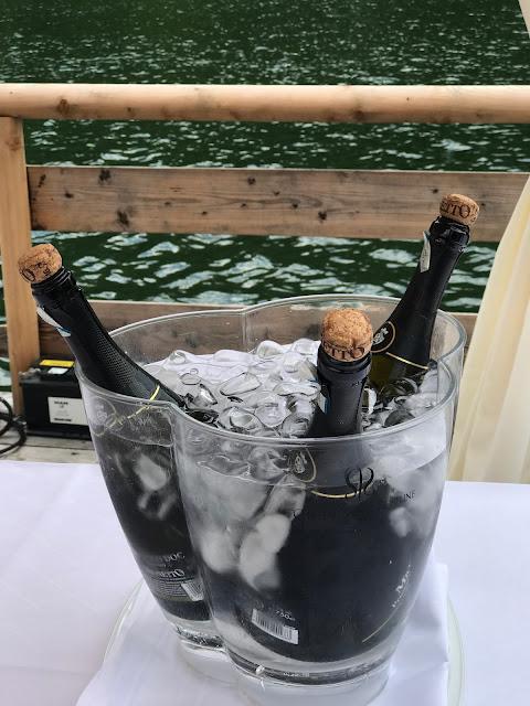 Prosecco auf Eis zum Hochzeitsempfang, Bunte Wiesenblumenhochzeit im Riessersee Hotel Garmisch-Partenkirchen, heiraten in Bayern, zwei Bräute, Regenbogen