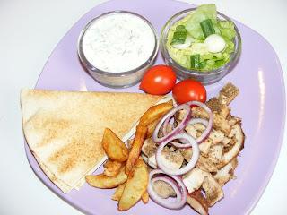 retete mancare greceasca reteta gyros la farfurie cu sos tzatziki si cartofi prajiti,