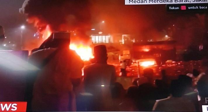 Dua Truk Polisi Dibakar Massa di Depan Istana