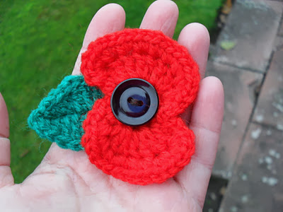 Link to a free pattern to crochet a remembrance day poppy brooch for Remembrance Sunday. secondhandsusie.blogspot.com