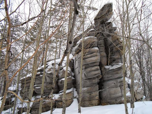 Правильные геометрические формы у древней скалы