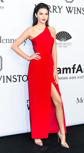 Kendall Jenner vestido vermelho longo, festa