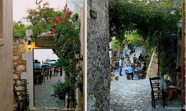 Bares com mesas ao ar livre em Monemvasia, Grécia