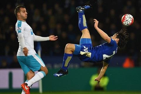 Pha sút Okazaki mang về chiến thắng cho Leicester