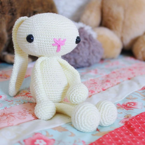 Crochet bunnies, crochet pattern (photo and pattern by Miss Neriss)   Happy in Red