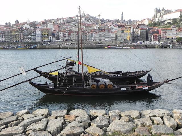 Barco com Barris de Vinho do Porto e a cidade do Porto na Outra margem do rio - Porto - Portugal, Vinho do Porto, Tawny, Cruz, Ruby