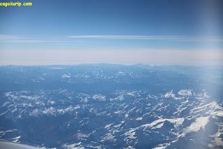 Pegunungan salju dilihat dari atas