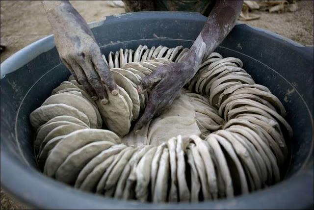 Memprihatinkan, Kemiskinan Membuat Penduduk Negara Ini Makan Roti dari Lumpur