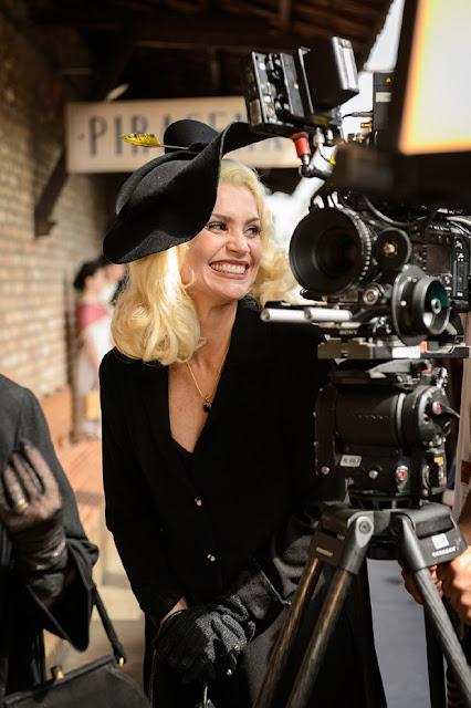 A atriz flavia alessandra nos bastidores da novela com um vestido preto