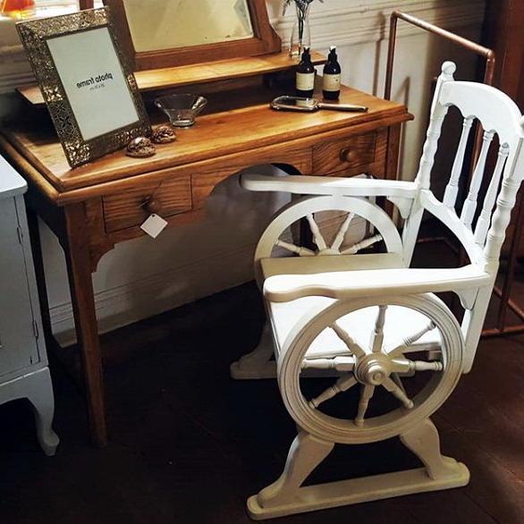 Desain meja kursi unik untuk rumah minimalis