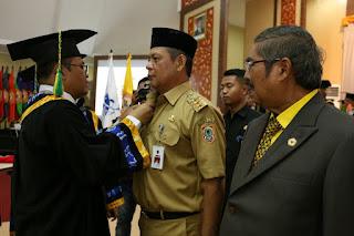 Gubernur Kalsel saat Menerima Penghargaan Sebagai Tokoh Peduli Pendidikan oleh ULM Banjarmasin