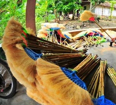 Pemanfaatan limbah sabut kelapa sebagai pembuatan sapu ijuk rumah