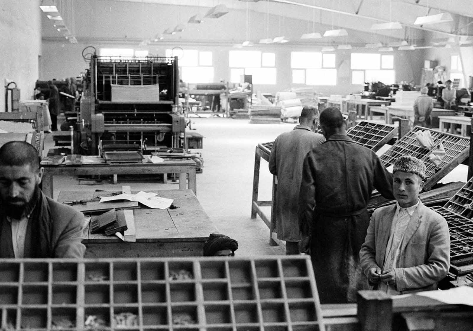 Escena dentro de la moderna y nueva planta de impresión del gobierno en Kabul el 9 de junio de 1966, que alberga los tiempos de Kabul.