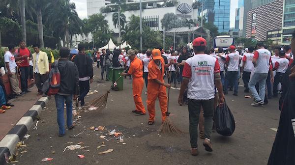 Usai Aksi 412 Sampah Berserakan dan Taman Rusak