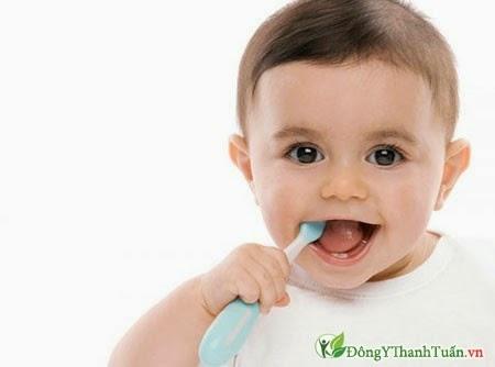 đánh răng để chăm sóc răng sữa cho bé