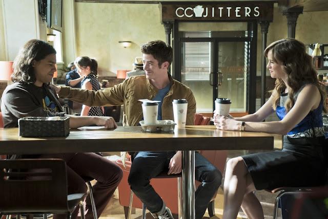 Barry, Cisco y Caitlin están en una mesa de Cc Jitters, con tres cafés para llevar, los tres están sonrientes felices
