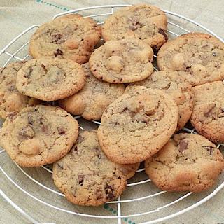 https://danslacuisinedhilary.blogspot.com/2016/05/cookies-aux-deux-chocolats-et-noix-de-macadamia.html