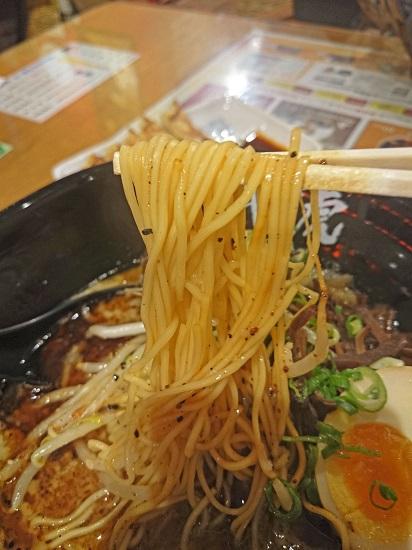 黒豚骨ラーメンの麺の写真