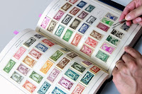 İçinde renkli pulların olduğu pul koleksiyonu defteri