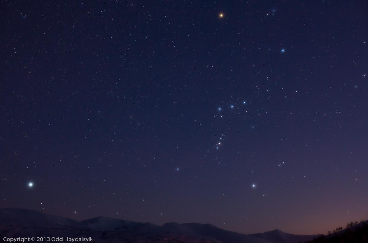 Chòm sao Thợ săn vào tháng cuối tháng 3/2013 ở Mjølfjell, Na Uy. Bạn có thể thấy ngôi sao màu đỏ nằm trên cao nhất của hình chính là sao Betelgeuse, ba ngôi sao thẳng hàng như trục đối xứng và qua đó bạn có thể thấy được sao Rigel màu trắng-xanh. Hình ảnh: Odd Høydalsvik.