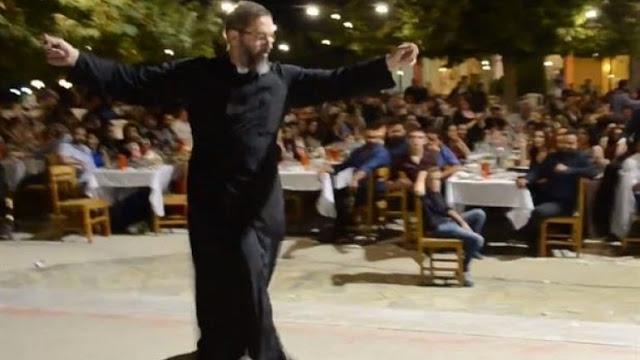 Kρητικός ιερέας χορεύει Ανωγειανό