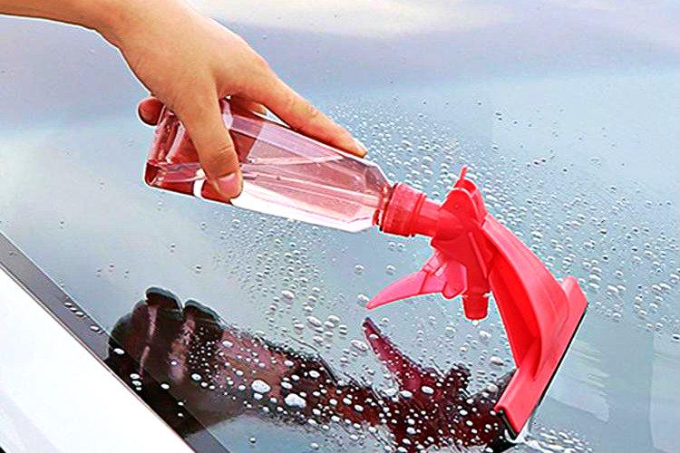 Aracınızın camlarını temizlerken bulaşık deterjanını cam temizle spreyi olarak kullanabilirsiniz.
