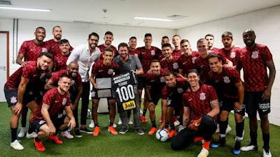 Pedrinho recebeu placa pelos 100 jogos como profissional do Corinthians (Foto: Rodrigo Gazzanel / Ag.Corinthians)