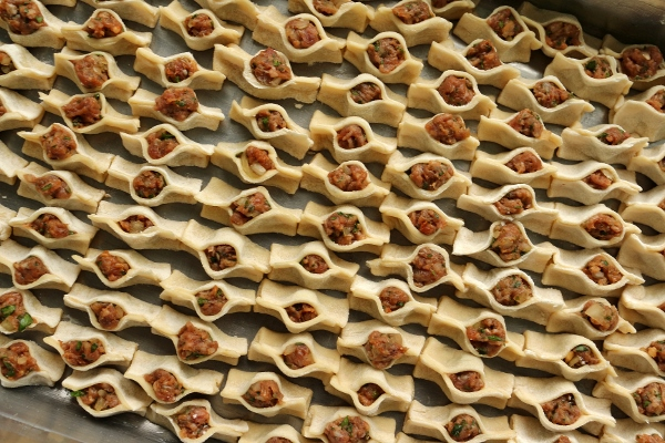 A tray of assembled manti, unbaked