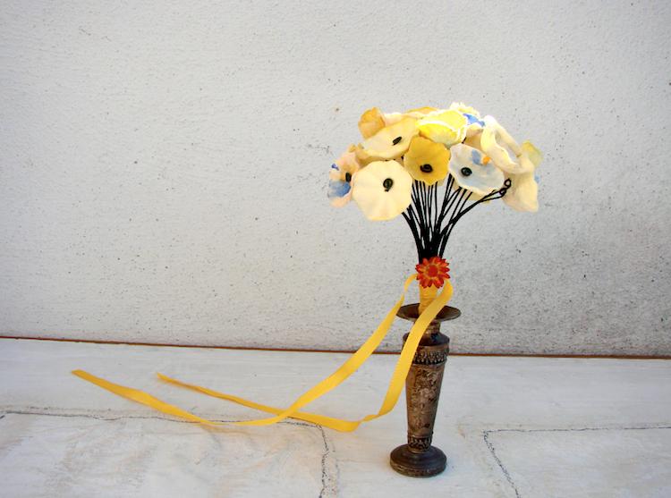 bouquet fatto a mano per matrimonio: di fiori di carta  in stile acquerello, giallo e blu