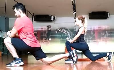 Ejercicio individual para estirar los músculos flexores de cadera