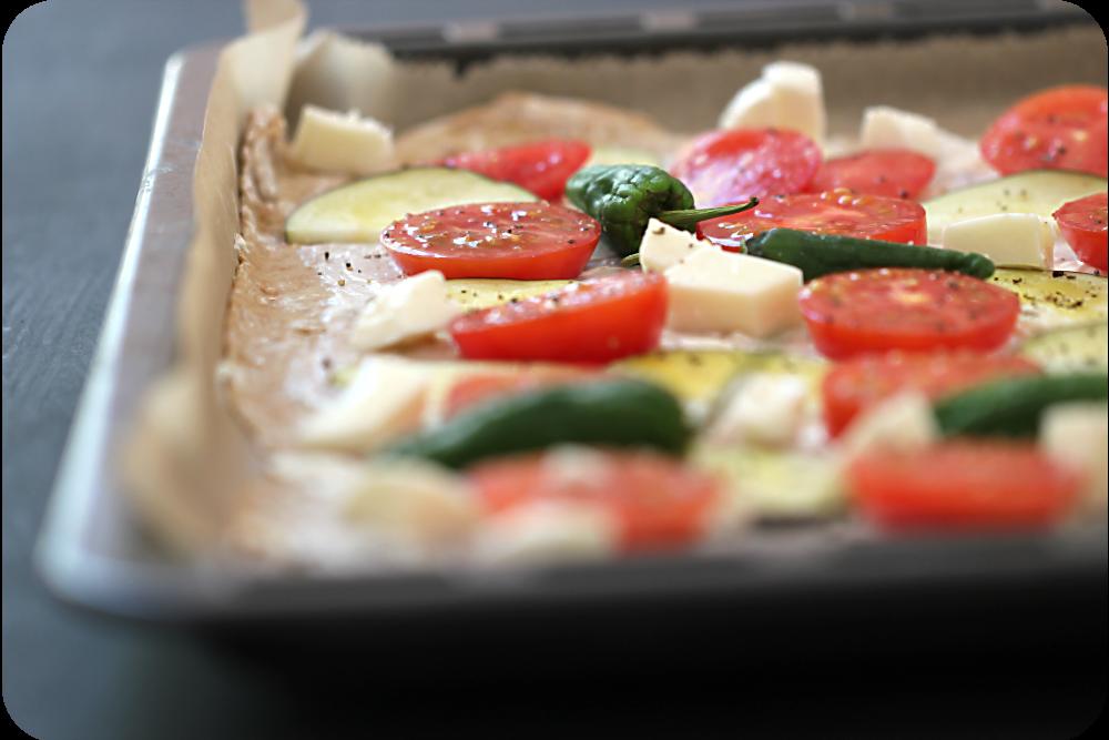 Flammkuchen mit Dinkelteig, Tomaten, Auberginen, Mozzarella, Pimientos | Arthurs Tochter Kocht von Astrid Paul