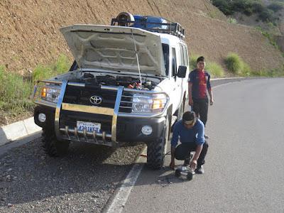 Auf der letzten Fahrt von Villazón nach Tupiza hatten wir eine Reifenpanne. Unsere Schlammreifen hatten wir vergessen für den Asphalt mehr aufzupumpen.