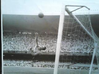 Defesa de Jorge Vitório no Fluminense x Vasco em 1965 com mais de 100 mil pessoas no Maracanã.