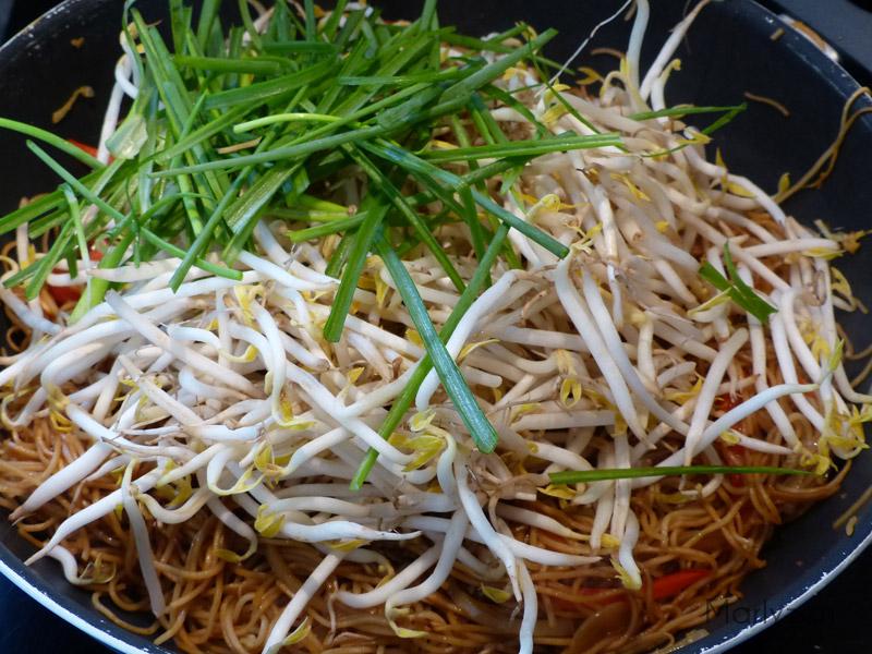 Ajoutez les germes de soja et la ciboule.