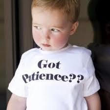 """Bebe con una camisa que dice """"Tienes paciencia?"""""""