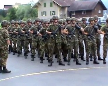 L'Armée Suisse fait une marche militaire sur We Will Rock You de Queen