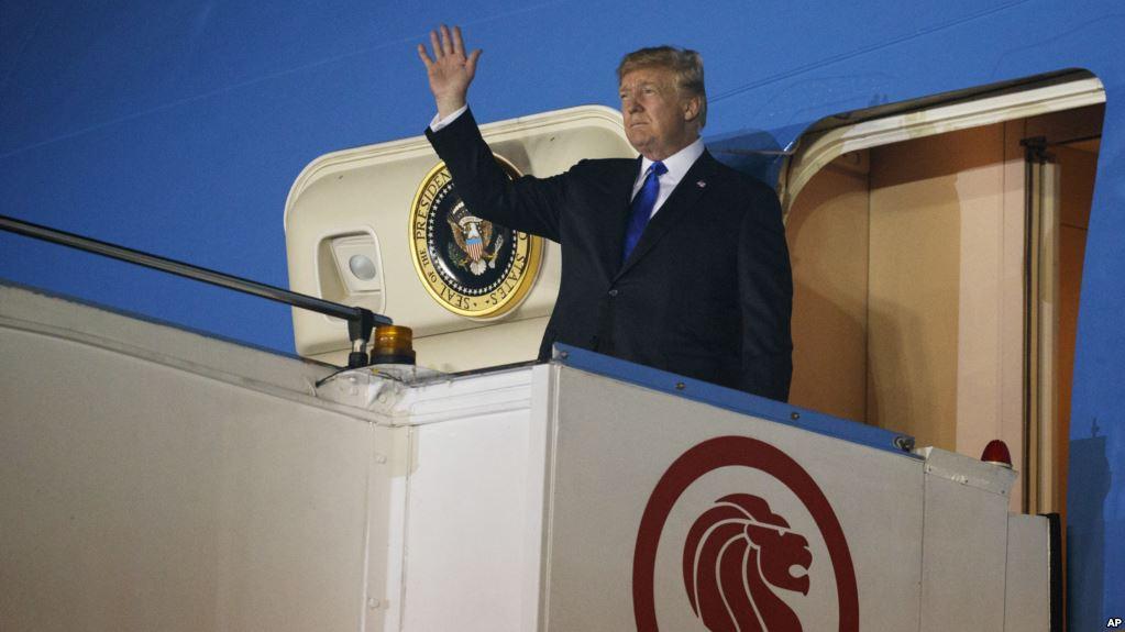 Trump arribando a la Base Aérea de Paya Lebar en Singapur la noche del domingo / AP