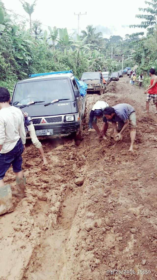 Jalan Ulubelu Hancur Total, Pemkab Tanggamus Terkesan Diam